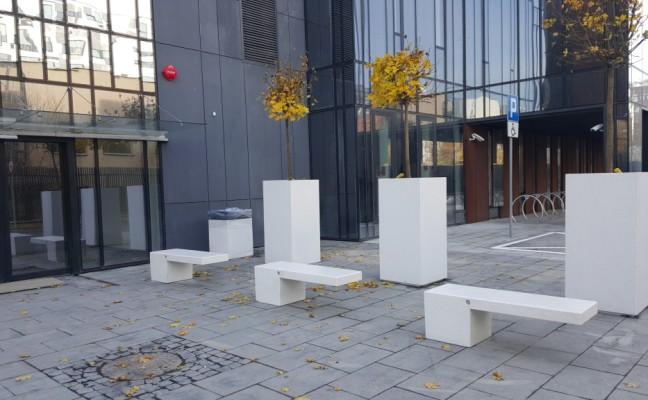 białe ławki z konglomeratu marmuru