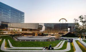 wyposażenie zewnętrznej przestrzeni nowoczesnego centrum handlowego
