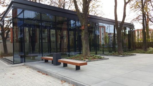 UBIQ Business Park nowoczesny kompleks biurowy - kosze na śmieci i ławki