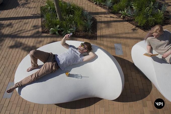 ławka w kształcie kamienia