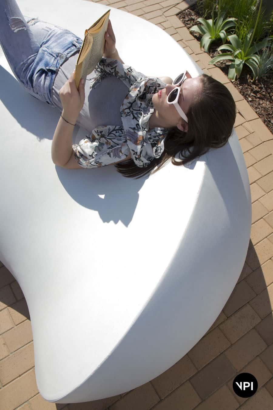 ławka w kształcie kamienia Kavics 9