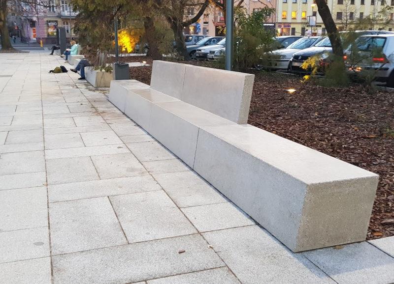 ławki - na placu w Opolu